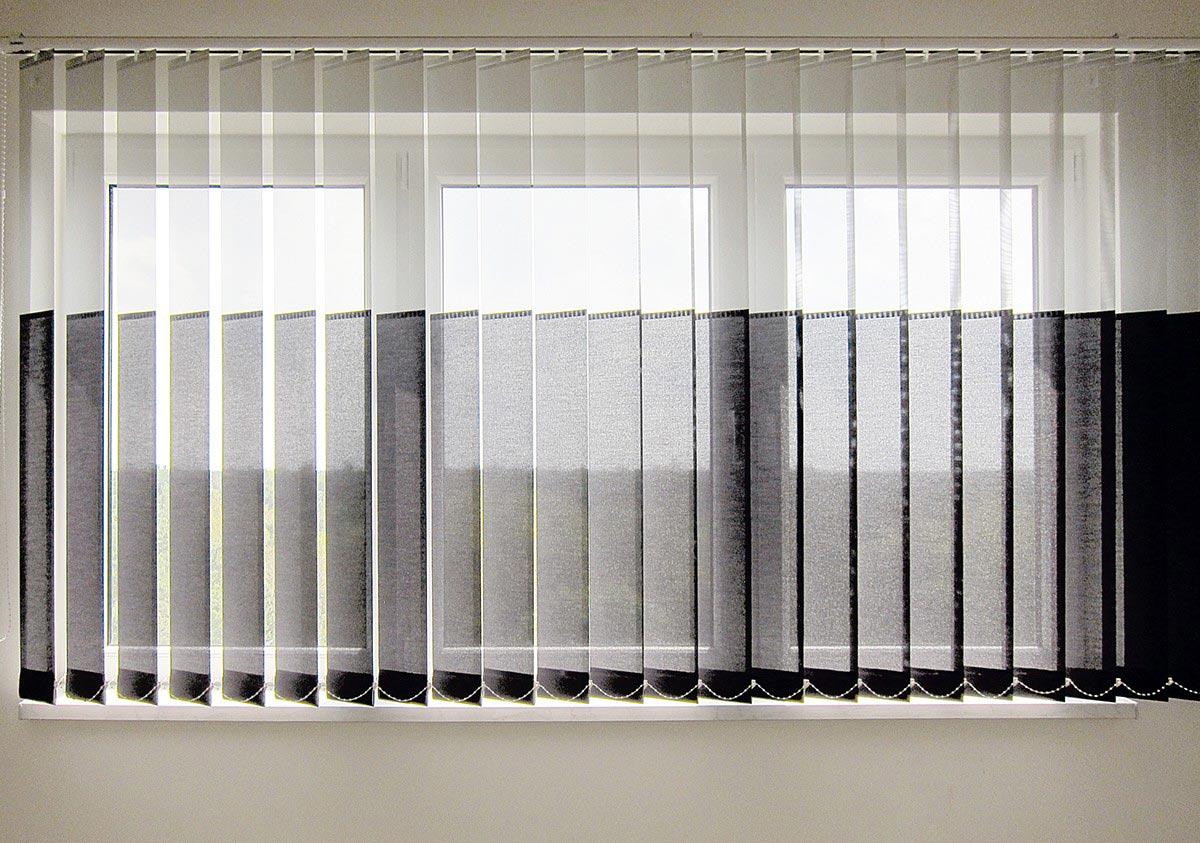 Vertikal-Jalousie mit Tageslicht